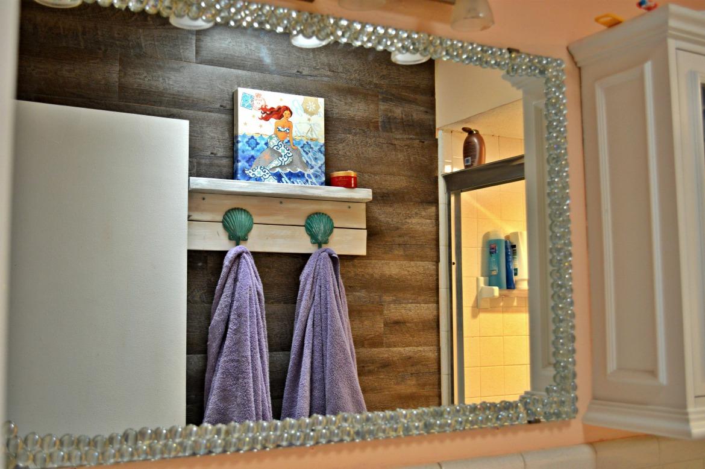 Beach Themed DIY Seashells And Glass Gem Mirror Decor | DIY Home Decor | Beach Themed Decor | DIY Crafts | Decor Crafts | Nautical Home Decor | Mirror Decor | theMRSingLink