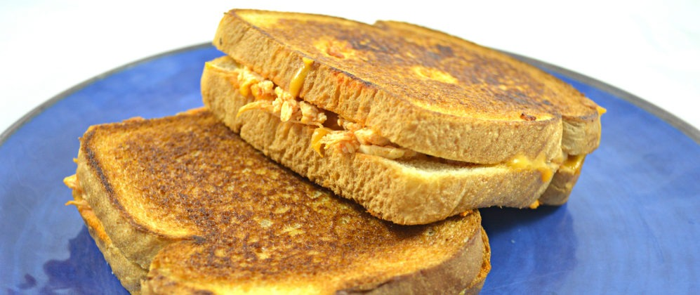 Easy Buffalo Chicken Grilled Cheese | Grilled Cheese Recipes | Easy family recipes | Cheap and easy sandwich recipes | quick and easy dinner recipes | grilled cheese lovers dream | theMRSingLink