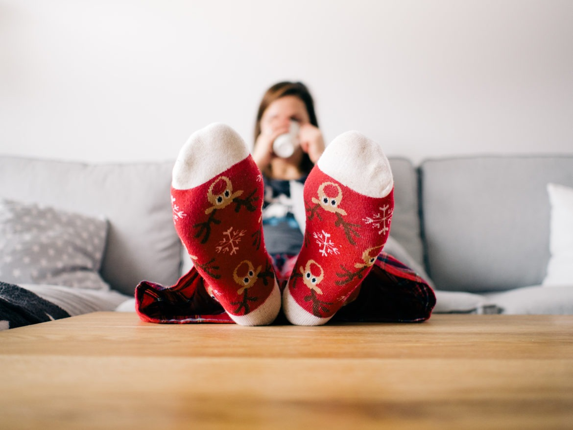 7 Ways To Embrace Single Life During The Holidays & NOT Be Miserable | Single Life | Single During The Holidays | Single Gals | Ways To Embrace The Holidays As A Single Girl | theMRSingLink