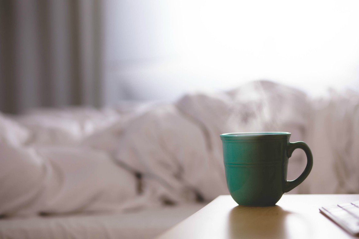 5 Essentials To Become A Morning Person With Ease, & Love It | Morning routine essentials | Essentials for early morning risers | Become a morning person | theMRSingLink