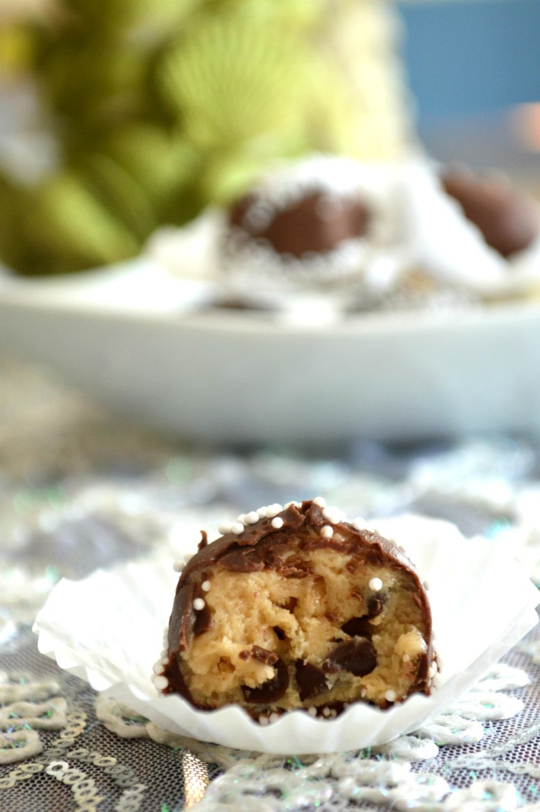 Andes Mint Chocolate Cookie Dough Truffles | Chocolate Desserts | How to make chocolate truffles | Christmas truffle recipes | Holiday dessert recipes | Holiday Christmas sweets and treats | Edible cookie dough balls | Mint chocolate truffles | No bake cookie dough recipe | #cookiedough #recipes #treats #desserts #easyrecipes | theMRSingLink